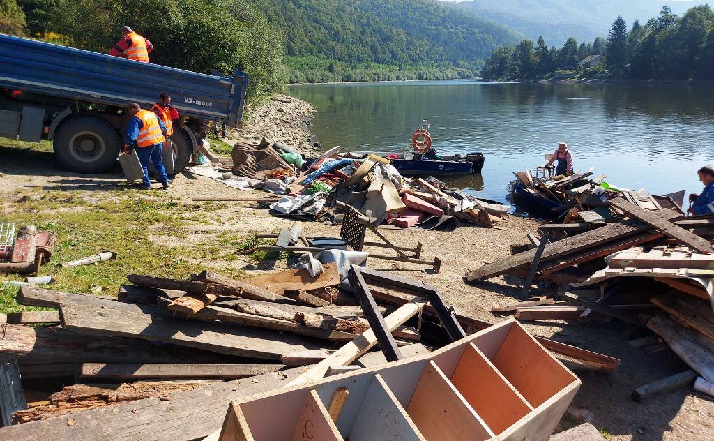 Vodohospodári odstraňujú nelegálne objekty na Ružíne, pridávajú sa aj dobrovoľníci (FOTO)