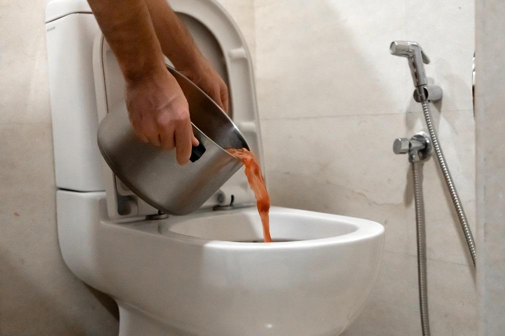 Aj tekutý bioodpad spôsobuje kanalizáciám problémy. Láka tiež hlodavce