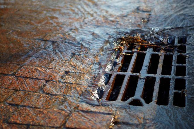 Povrchové odtoky v čase prívalových dažďov zaťažujú stokové siete. Riešením sú vodozádržné opatrenia