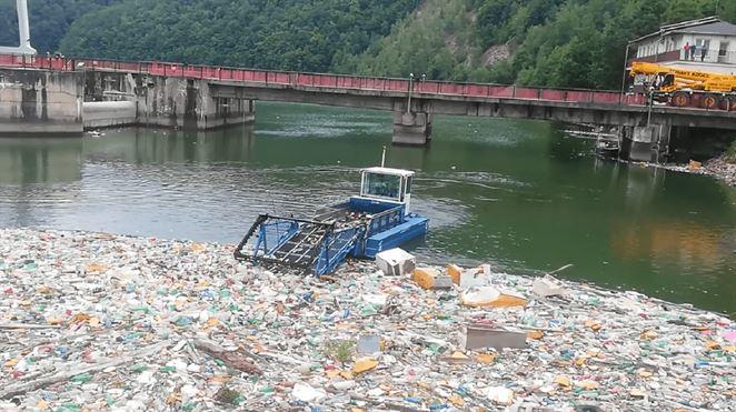 SVP: Odpad na brehoch vodných stavieb pomáhal odstrániť stroj riadený umelou inteligenciou