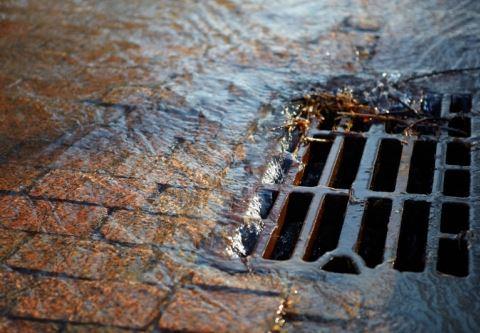 V Kalifornii vynašli špeciálny piesok, ktorý dokáže vyčistiť dažďovú vodu