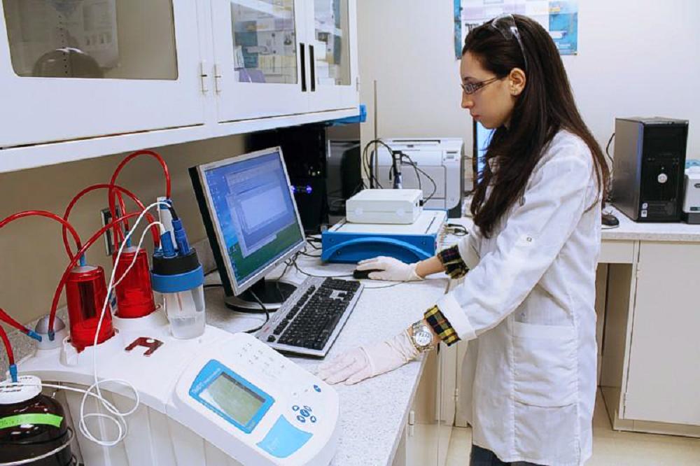 Kanadskí výskumníci vynašli metódu degradácie mikroplastov pri zdroji