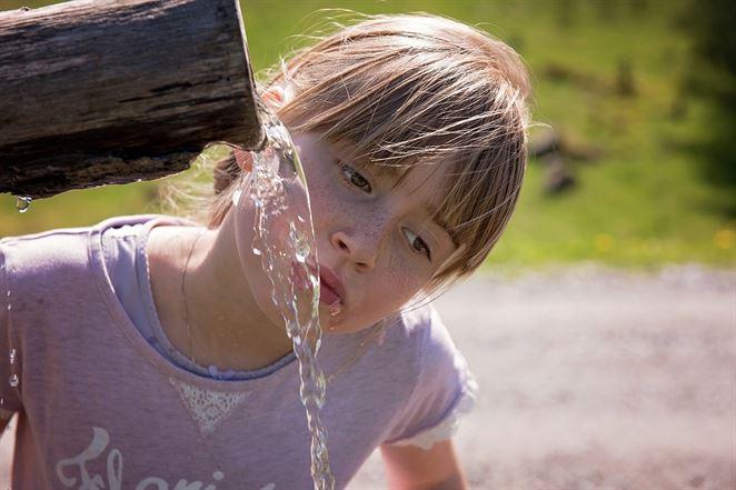 Kampaň TU vodu nepi! upozorňuje na znečistenie podzemných a pitných vôd