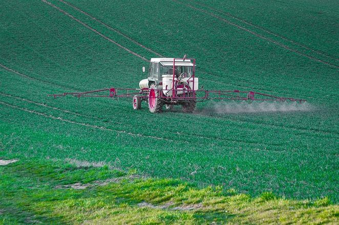 Štát chce znížiť spotrebu pesticídov, realita ukazuje opak