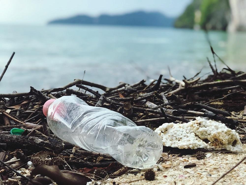 Väčšina plastov pláva pri pobreží, nie na otvorenom mori, tvrdí štúdia
