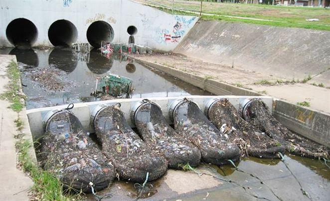 V Austrálii používajú účinný trik proti odpadkom plávajúcim z miest
