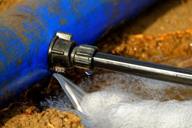 Zásobovanosť pitnou vodou z verejných vodovodov. Od západu k východu horšie