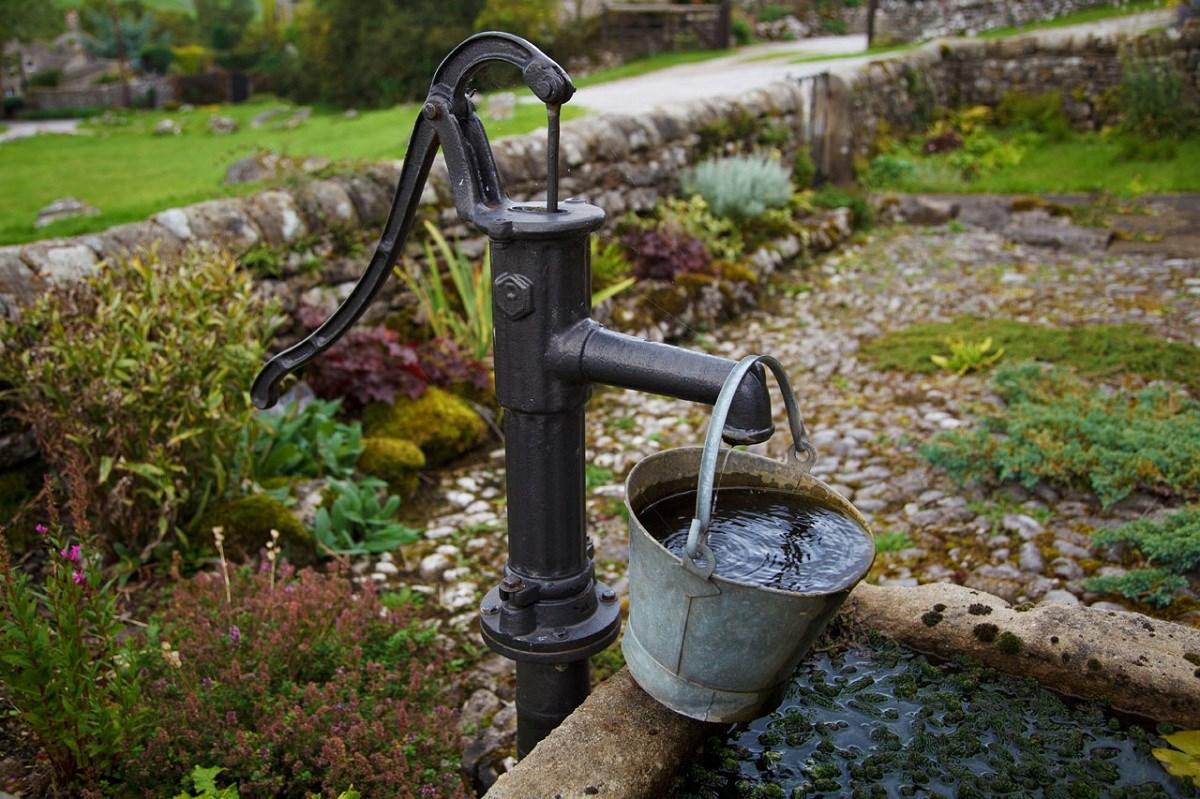 Povolenie na vodn stavbu nepotrebuj iba studne ktor maj zariadenie na run erpanie vody V tomto prpade rovnako ako pre in drobn stavby postauje ohlsenie stavebnmu radu prslunej obce